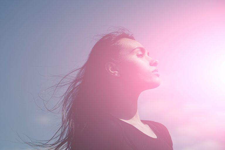 朝の紫外線を浴びる頭皮
