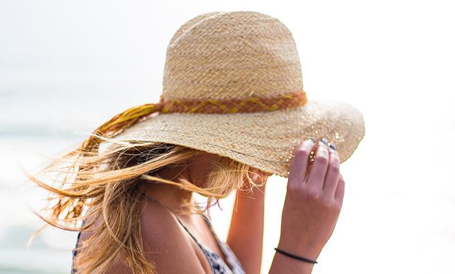 帽子をかぶっている女性
