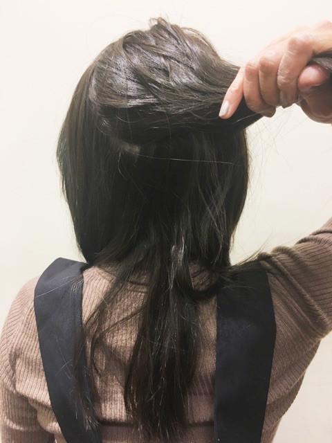 トップの毛束を右側に寄せてひとつ結び