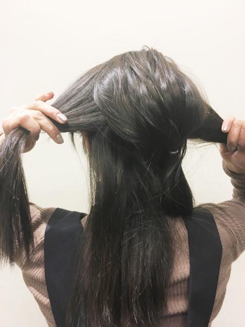 横の左右の毛束を左側に寄せて結ぶ
