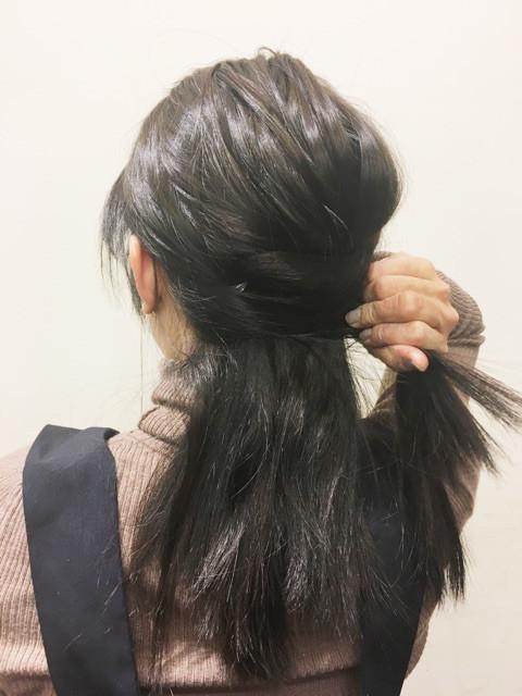 下の段の左右の毛束を右側に寄せて結ぶ