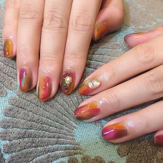 金緑石が輝く紅葉ネイル