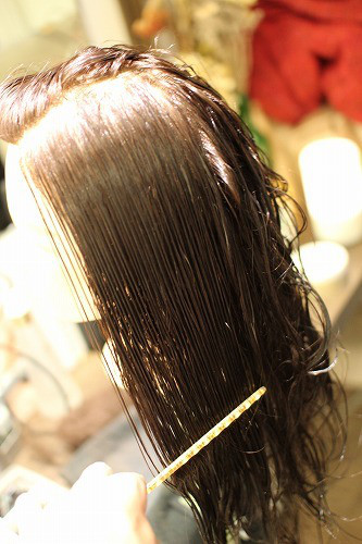 クシで髪の絡まりをとる