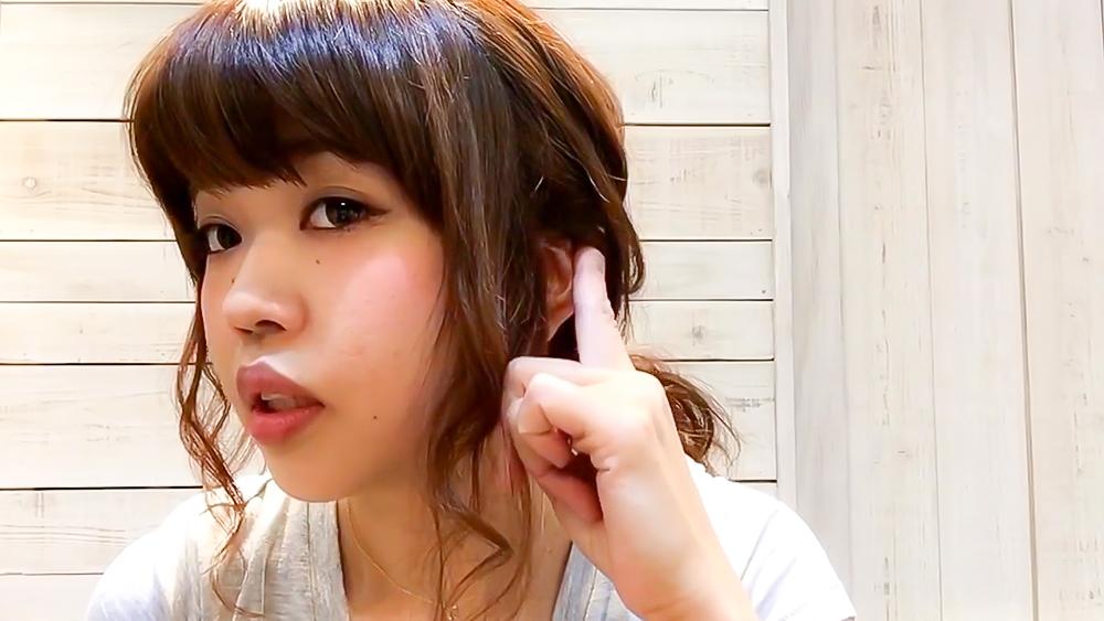 耳上の毛束を耳が三分の一ぐらい隠れる程度に引き出します